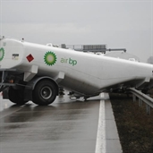 British petroleum 18 wheeler trailers got unhooked from the bobtail hitch